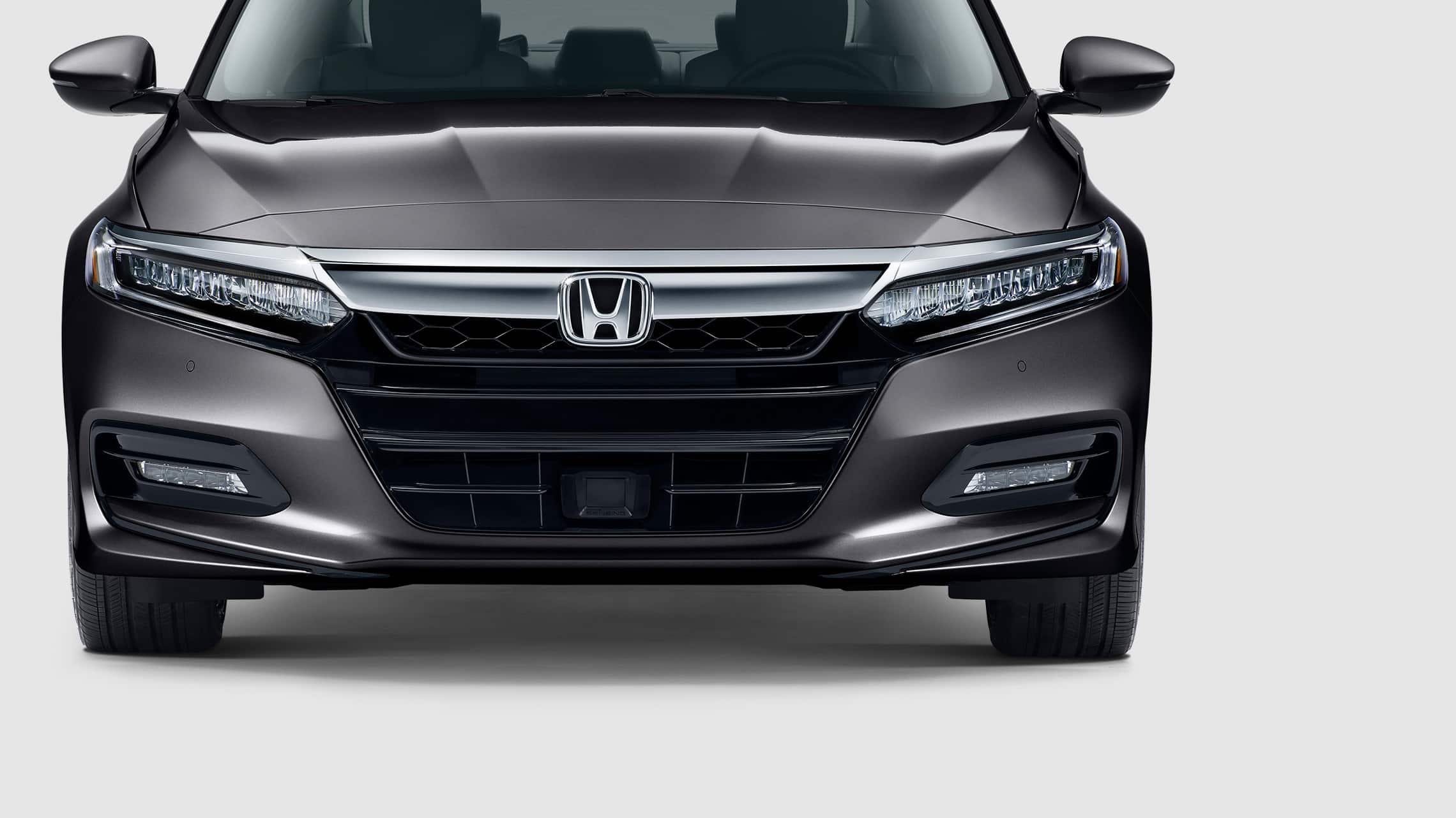 Detalle de las luces delanteras bajas de LED del Honda Accord Touring2.0T2020 en Modern Steel Metallic.