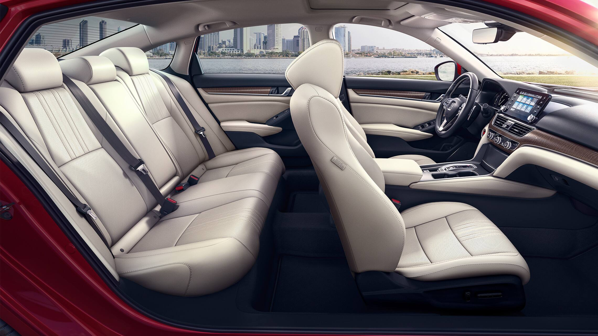 Vista desde el lado del pasajero de los asientos del interior del HondaAccordTouring2.0T2020 en Radiant Red Metallic con Ivory Leather.