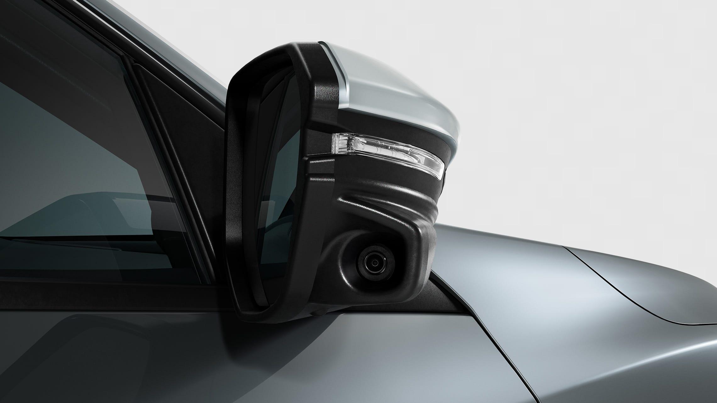 Detalle de la cámara de Honda LaneWatch™ en el espejo del lado del pasajero del Honda Civic Sport Touring Hatchback2021 en Sonic Gray Pearl.