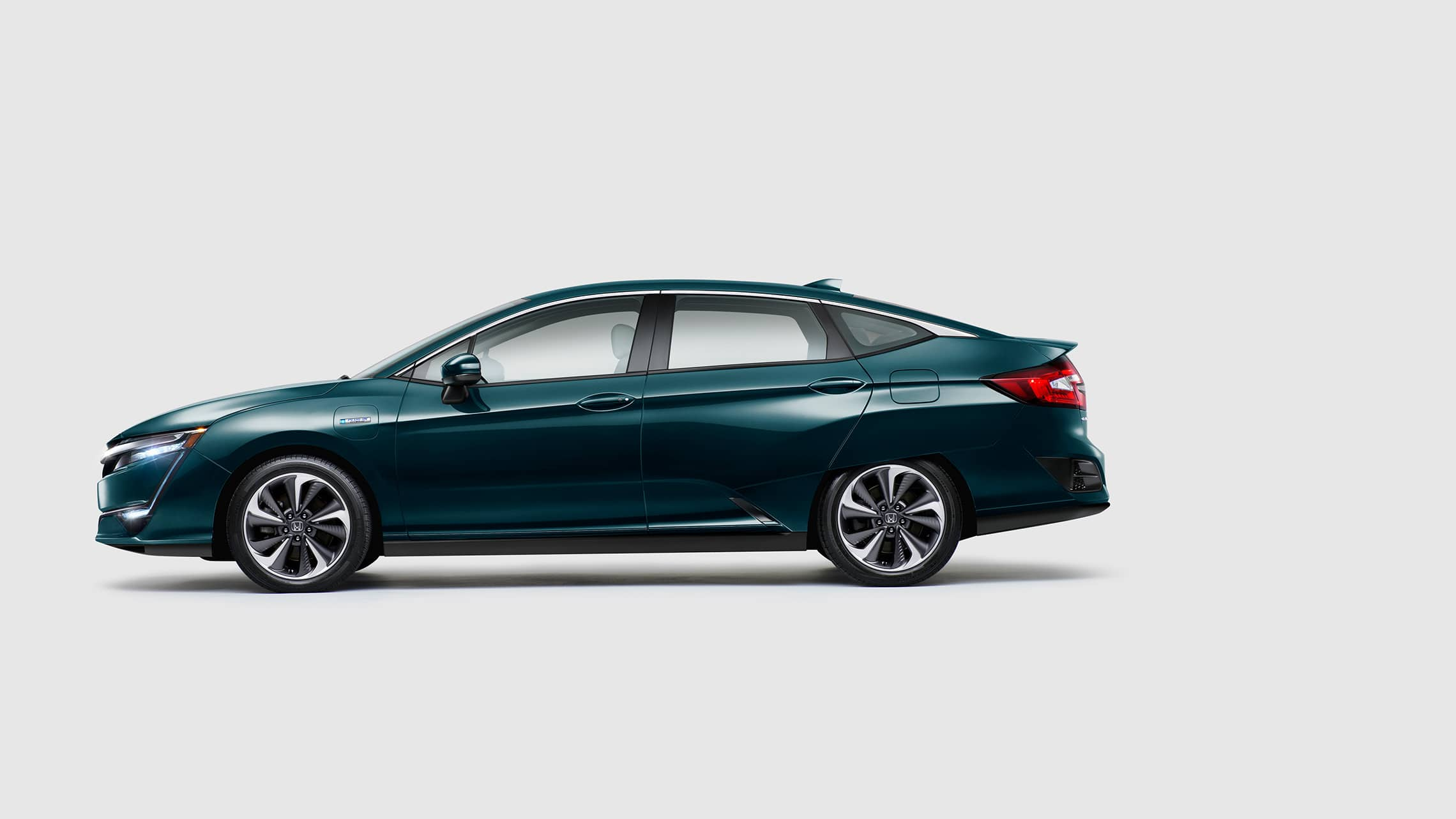 Perfil lateral del Clarity Plug-In Hybrid 2020 en Moonlit Forest Pearl.