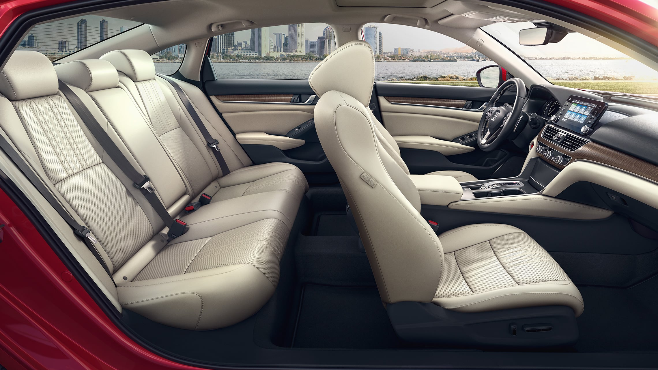 Vista desde el lado del pasajero de los asientos del interior del HondaAccordTouring2.0T2021 en Radiant Red Metallic con Ivory Leather.