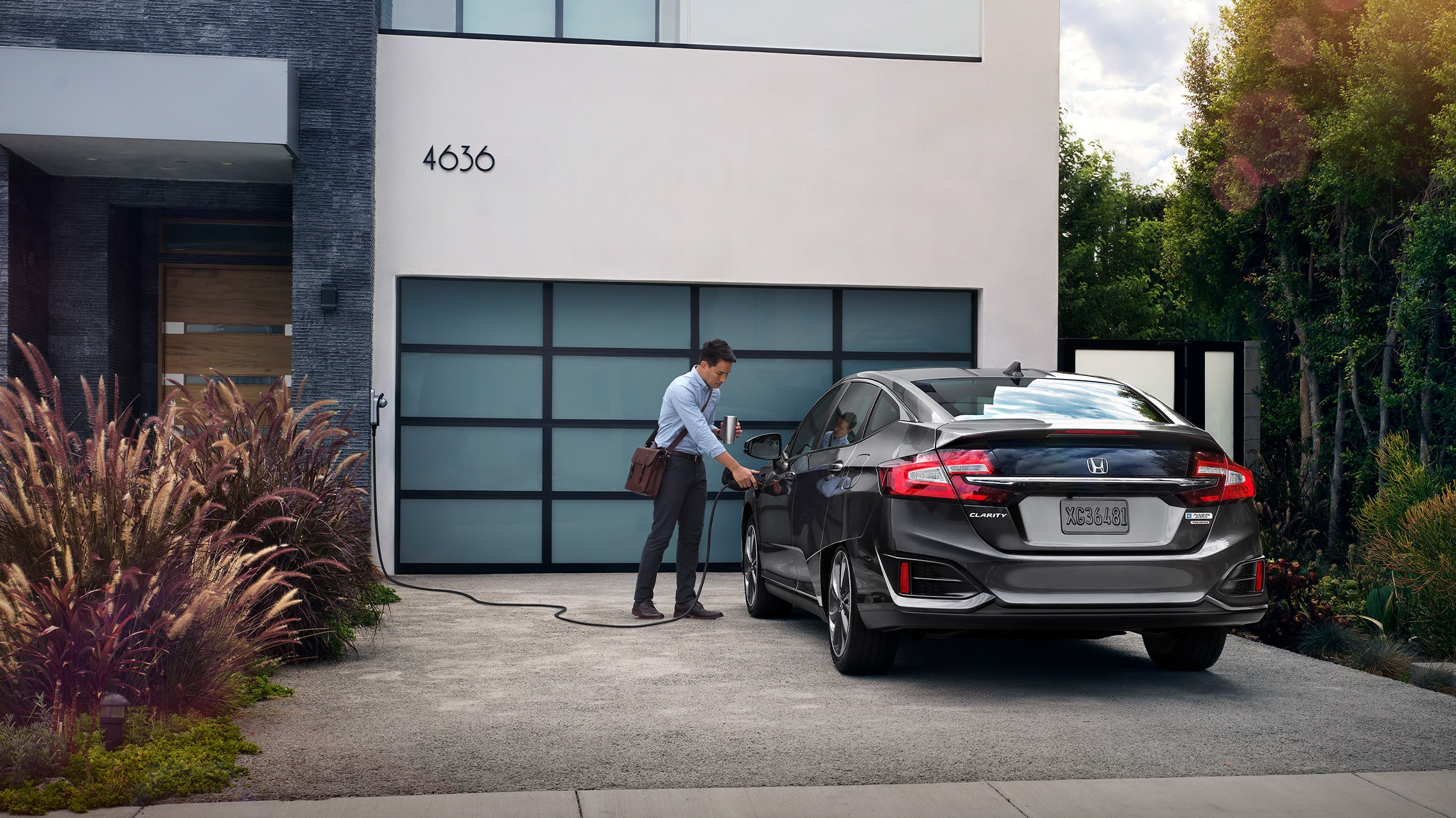Clarity Plug-In Hybrid2021 cargándose afuera de una residencia.