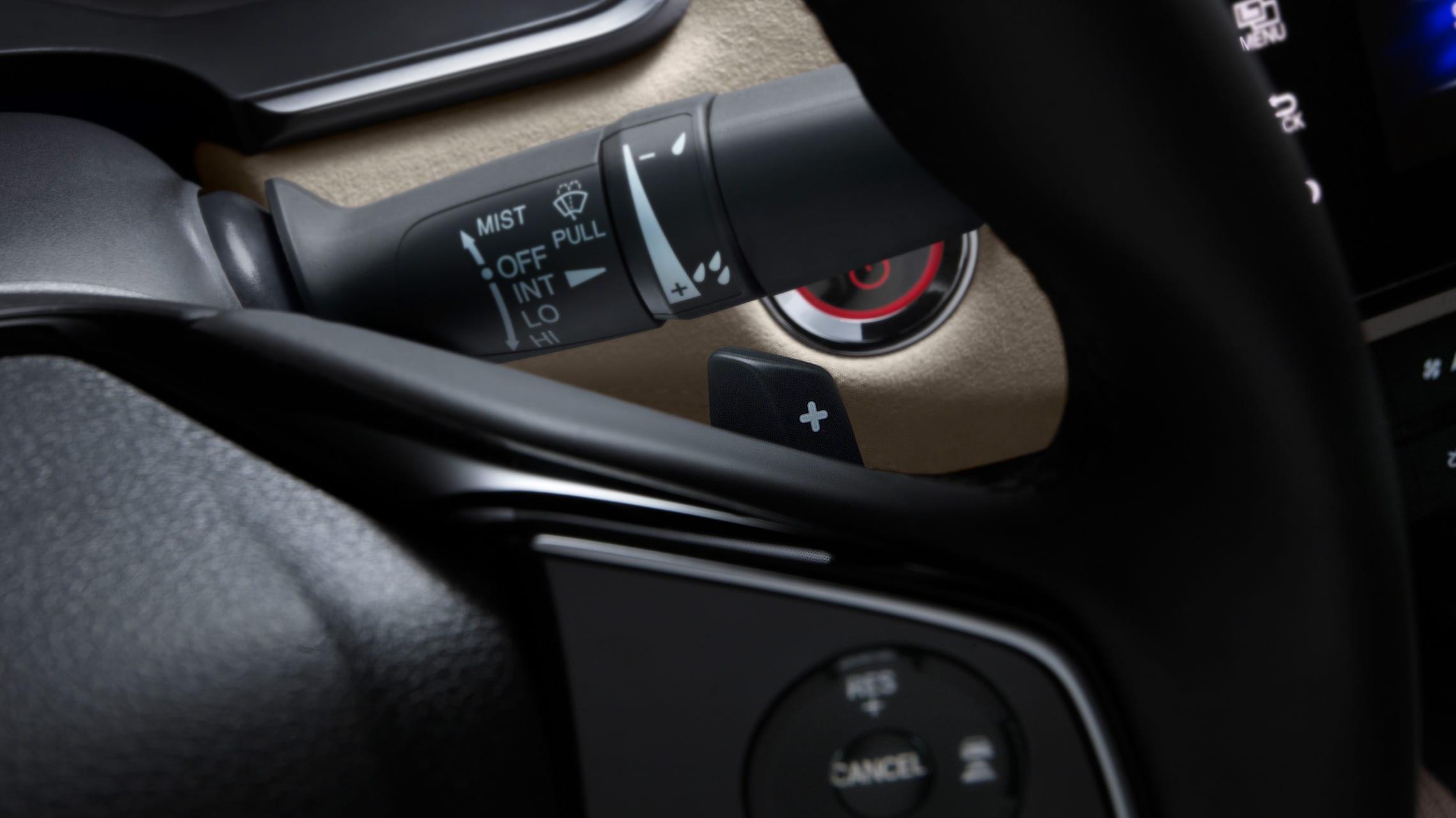 Detalle de los selectores de desaceleración montados en el volante del Clarity Plug-In Hybrid2021.