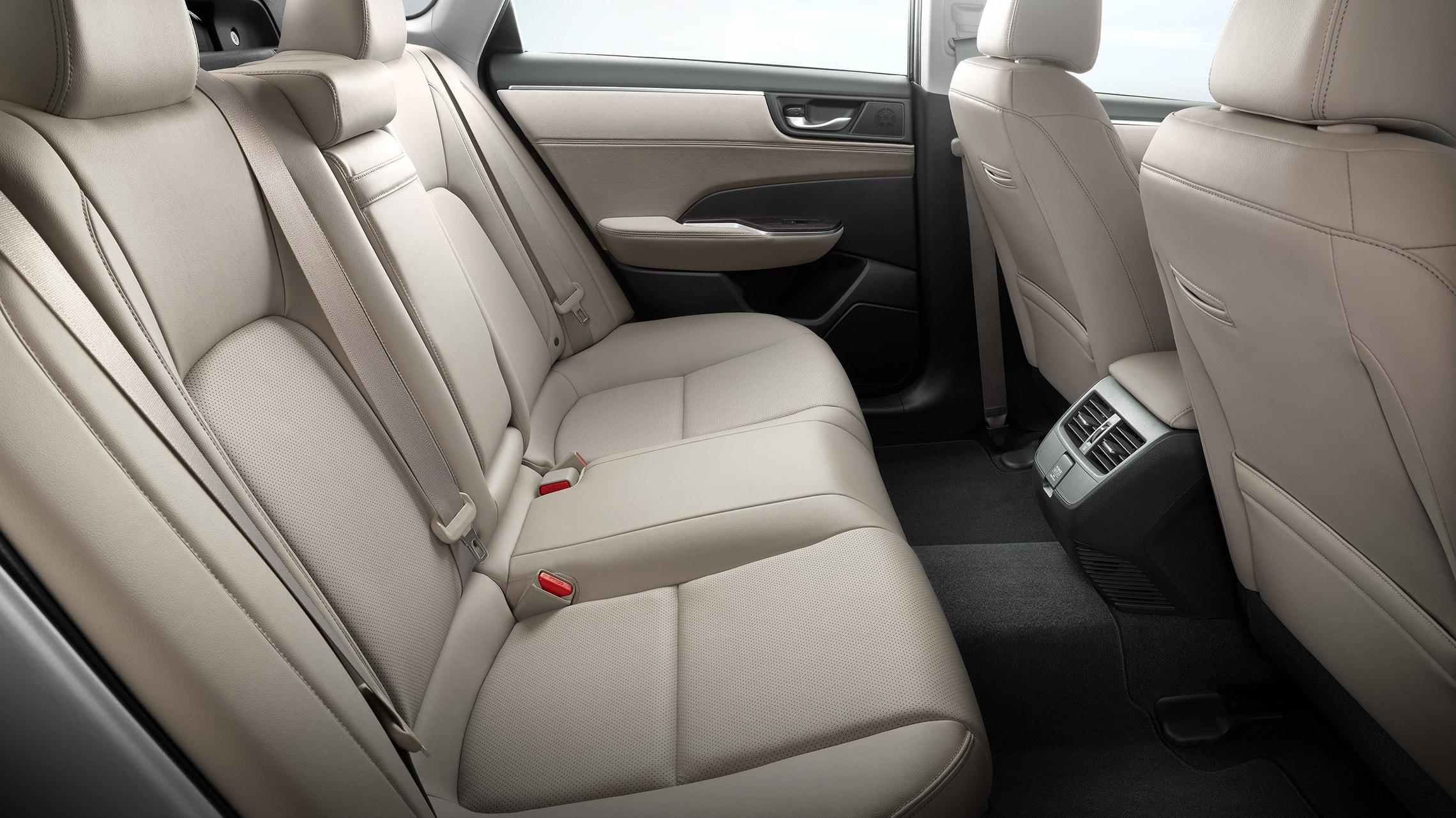 Asientos traseros del Clarity Plug-In Hybrid2021 con interior con detalles de Beige Leather.