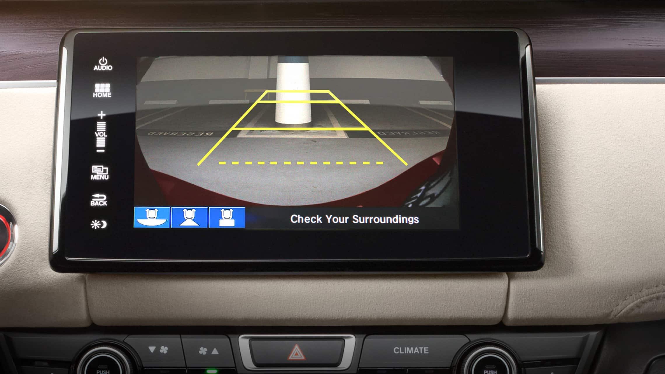 Detalle de las guías de la cámara de reversa multiángulo en el sistema de audio en pantalla táctil de 8pulgadas.