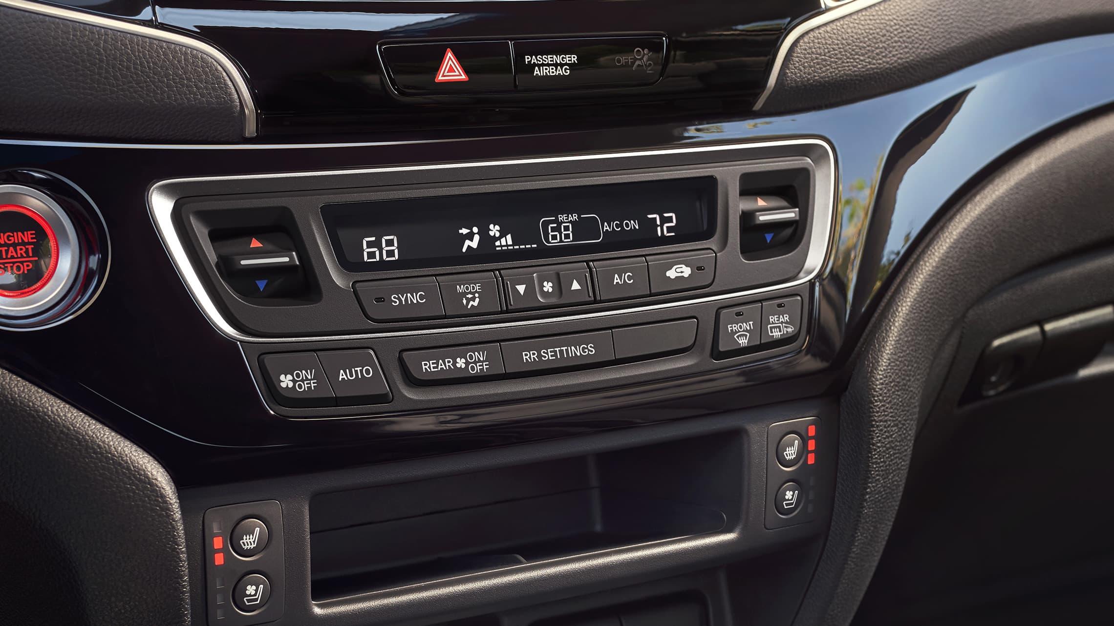 Detalle del control de clima automático de tres zonas en la Honda Passport Elite2021 con interior en Black Leather.