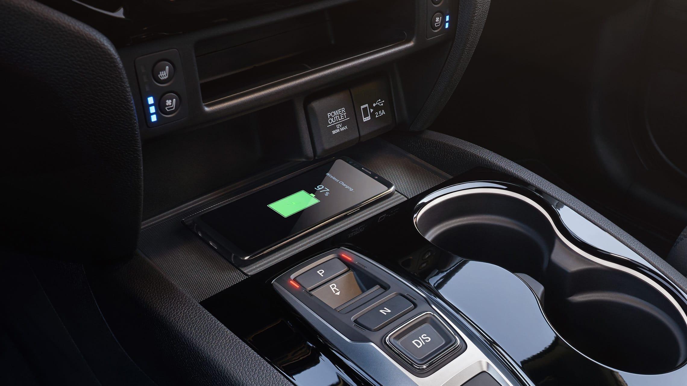 Detalle de cargador de teléfono inalámbrico en la Honda Passport Elite2021.